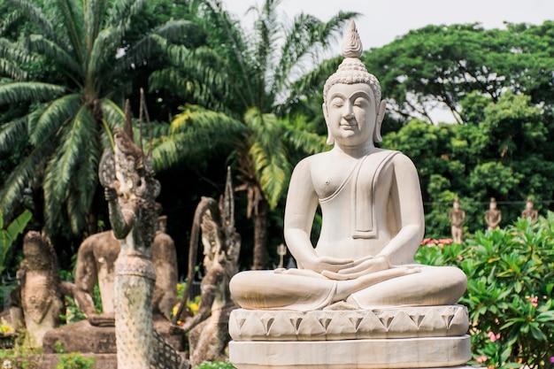 Buddha-statue nach buddhistischem und hinduistischem glauben. das hotel liegt im garten des buddha, vientiane, laos.