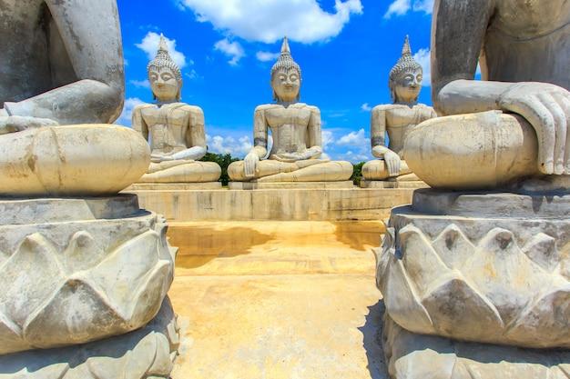 Buddha-statue und blauer himmel, provinz nakhon si thammarat, thailand