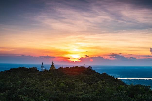 Buddha-statue und -pagode auf hohem berg in nationalpark phu-lang-ka, thailand.