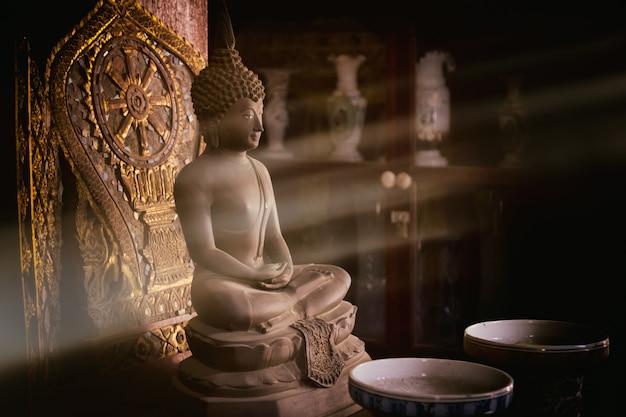 Buddha statue und sonnenlicht