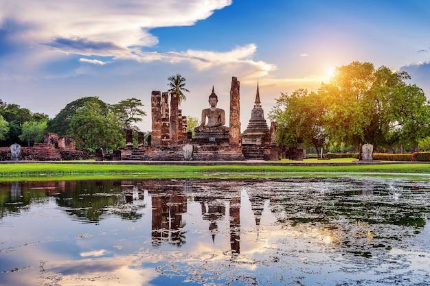 Buddha-statue und wat mahathat-tempel im bezirk des sukhothai historical park
