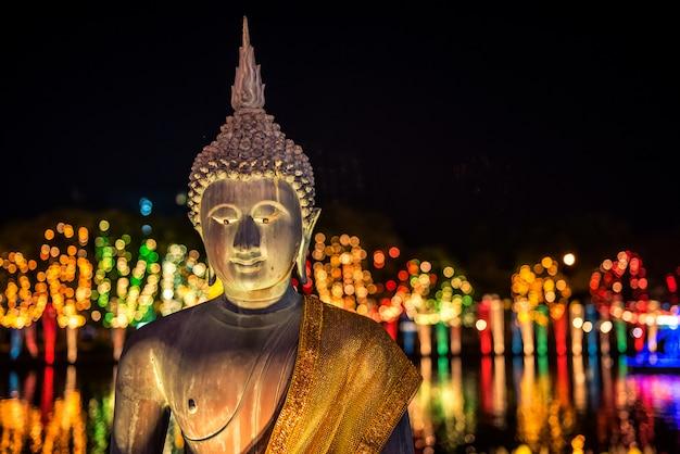 Buddha-statuen am gangaramaya-tempel bei nacht, colombo, sri lanka