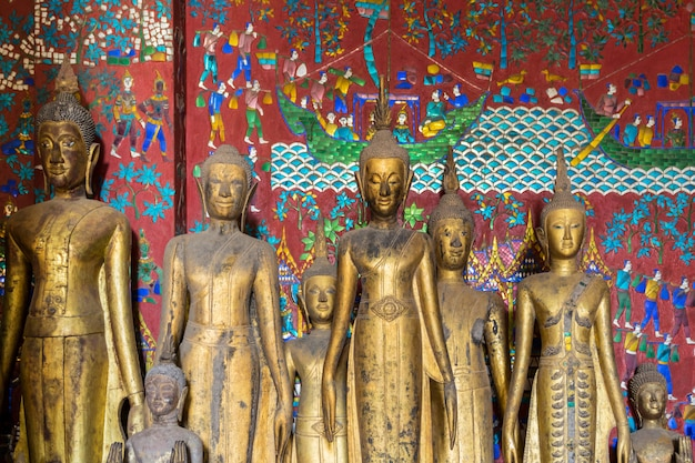 Buddha-statuen bei wat xieng thong in luang prabang, laos.