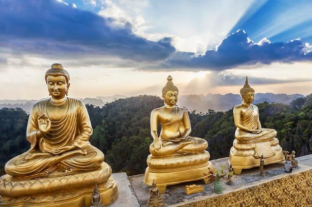 Buddha-statuen mit schönheitssonnenunterganghintergrund