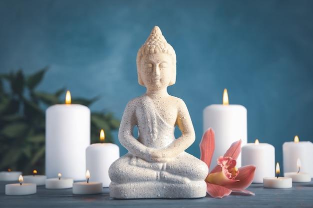 Buddha und kerzen auf holztisch