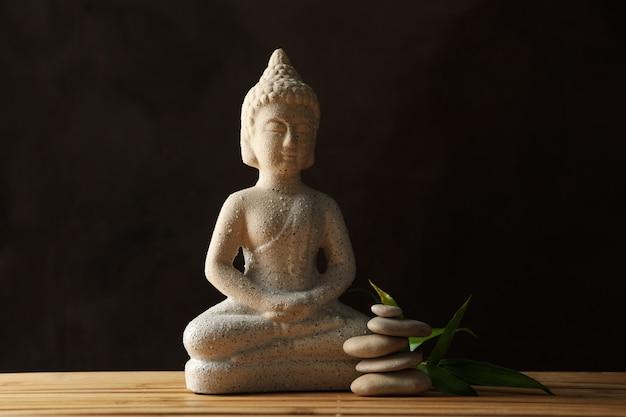 Buddha und steine auf bambushintergrund. zen-konzept