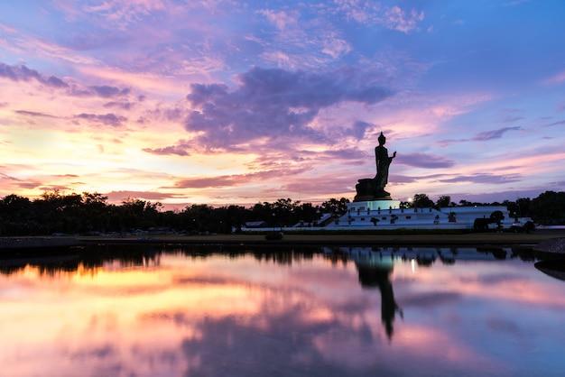 Buddhamonthon ist platz für buddhistisches dharma mit blauem und orange himmel und sonnenuntergang