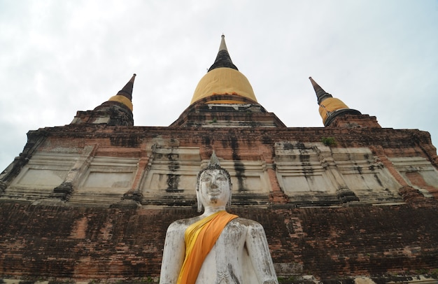 Buddhas und pagode in wat yai chai mongkol in ayutthaya, thailand