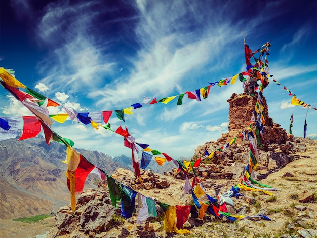 Buddhistische gebetsfahnen im himalaya