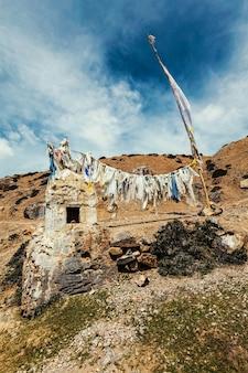 Buddhistische gebetsfahnen lungta in spiti valley indien