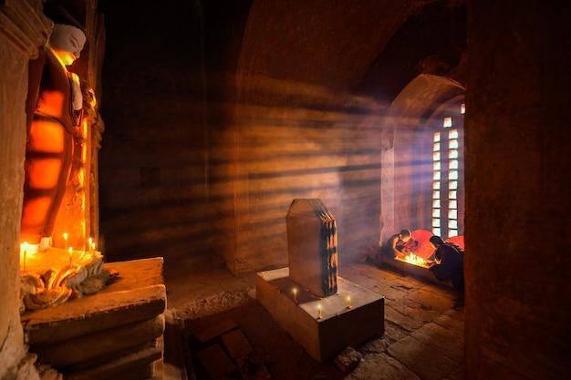 Buddhistische mönche in einer höhle