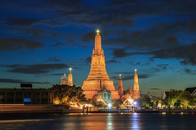 Buddhistische religiöse orte wat aruns in der dämmerungszeit, bangkok, thailand