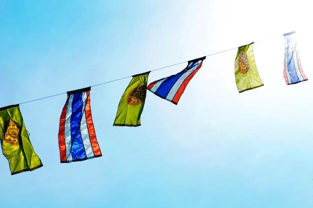 Buddhistische u. thailändische flagge im tempel