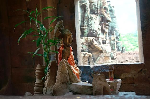 Buddhistischer altar der rauch von den kerzen im tempel von angkor wat in kambodscha