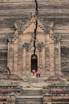 Buddhistischer anfänger in mingun pahtodawgyi (mingun paya), myanmar