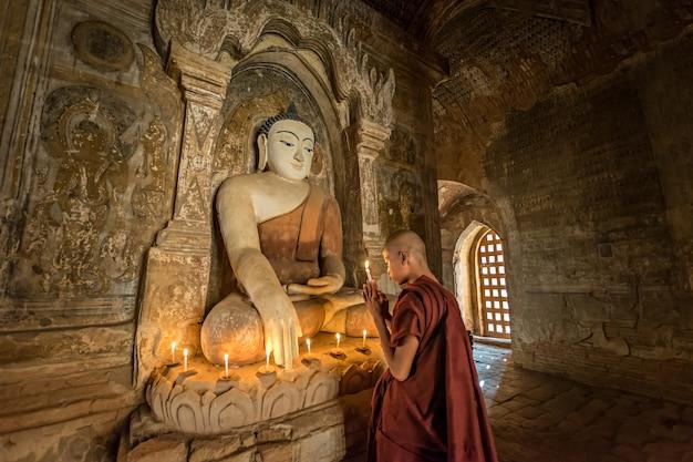Buddhistischer mönch betet den buddha