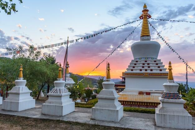 Buddhistischer tempel dag shang kagyu in panillo-huesca aragonien spanien