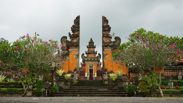 Buddhistischer tempel in bali-insel