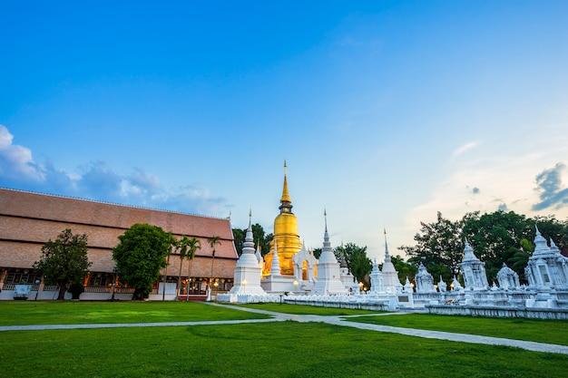 Buddhistischer tempel in einer thailändischen stadt