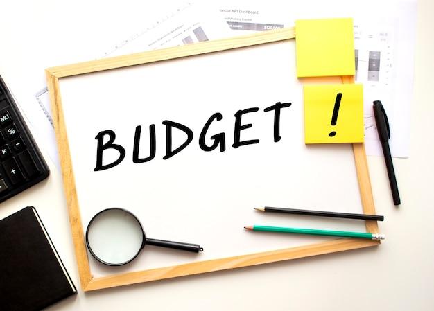 Budget-inschrift auf einer weißen bürotafel geschrieben.