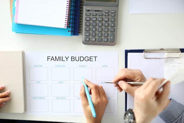 Budgetplanung für familieneinkommen und -ausgaben