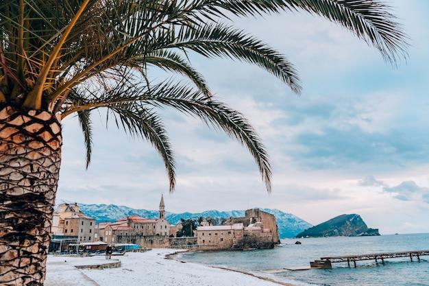 Budvas altstadt im schnee montenegro die küste ist bedeckt w