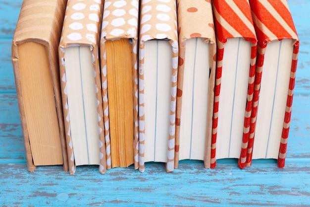 Bücher auf blauem holztisch