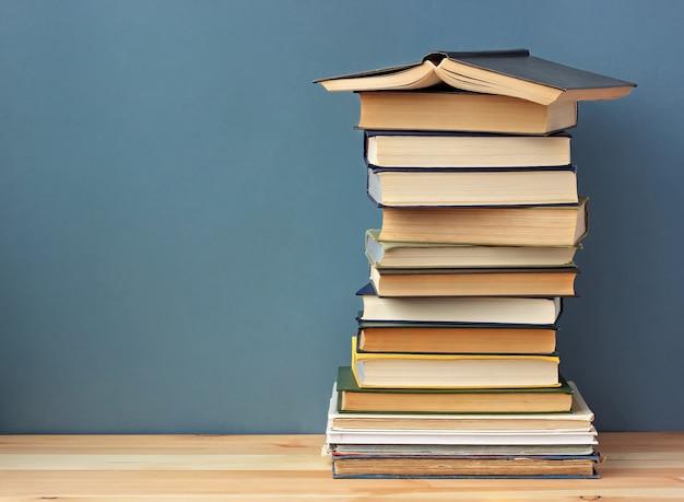 Bücher auf dem holzregal