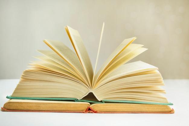 Bücher auf dem tisch. bildungskonzept. unterrichtsmaterialien.
