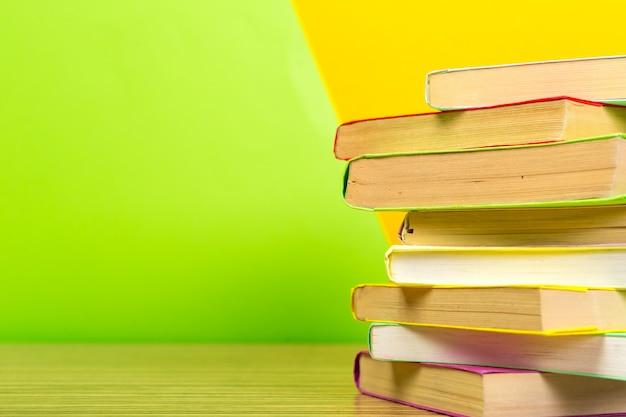 Bücher auf dem tisch.