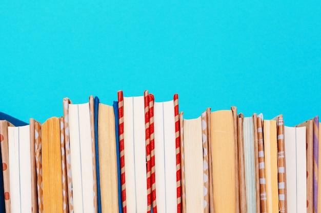 Bücher auf einem blauen hintergrund