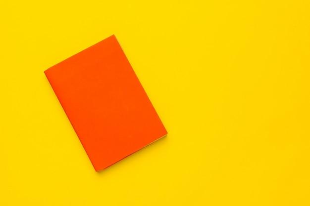 Bücher auf einem gelben