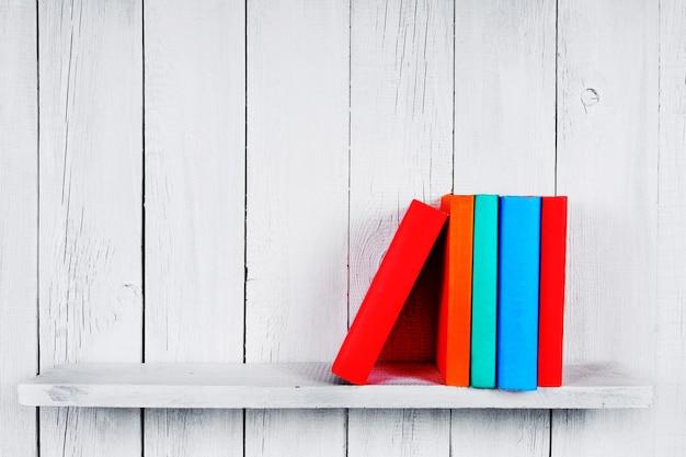 Bücher. auf einem hölzernen, weißen hintergrund.