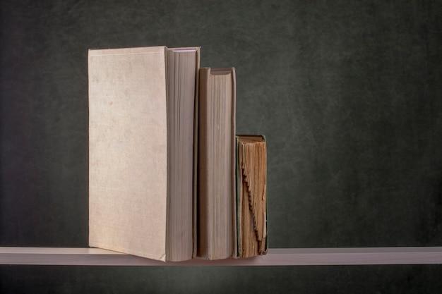 Bücher auf einem holzregal