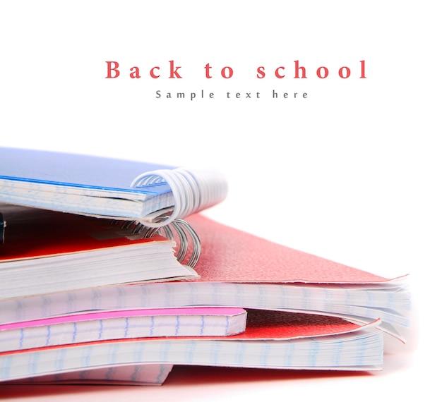 Bücher auf einem weißen tisch schreiben. mit deinem platz für den text.