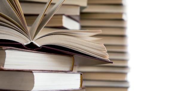 Bücher auf holzdeck tischplatte
