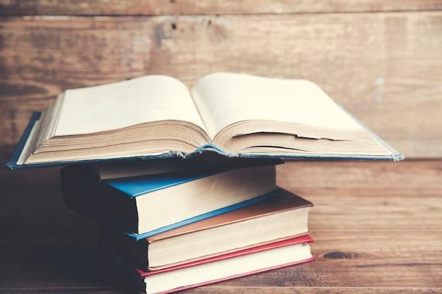Bücher auf holztischhintergrund