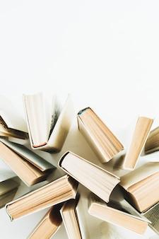 Bücher auf weißer oberfläche