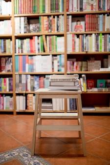 Bücher, die auf leiter in der buchhandlung liegen