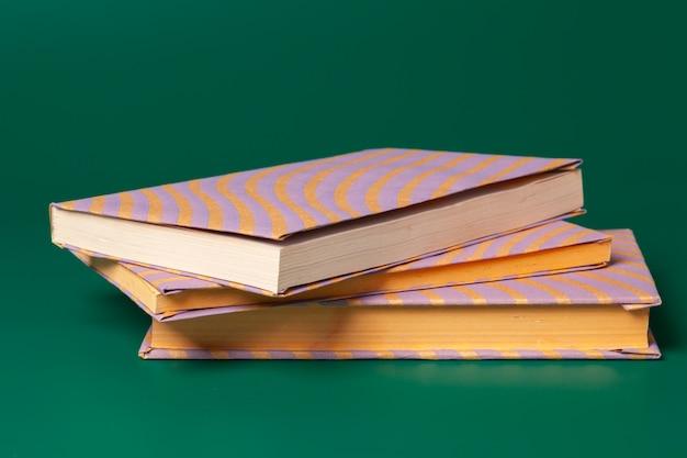 Bücher, die isoliert auf grün