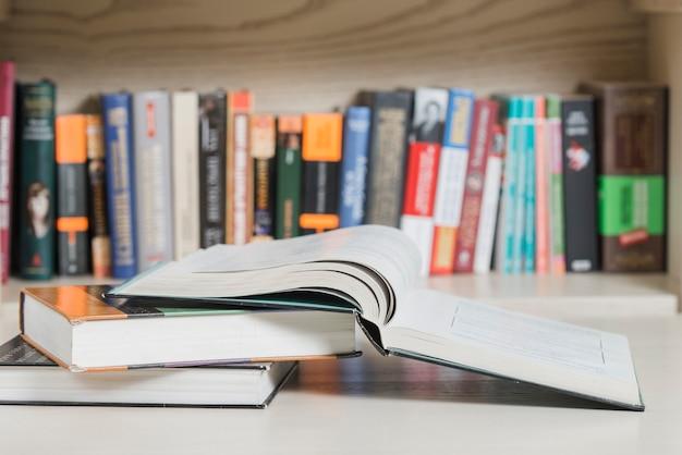 Bücher, die nahe bücherregal liegen