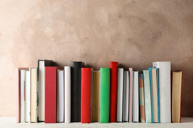 Bücher gegen braunen raum, platz für text
