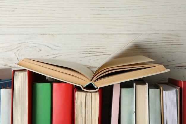Bücher gegen rustikalen hölzernen hintergrund, raum für text