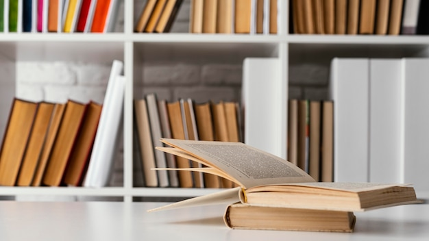 Bücher im regal und tischanordnung