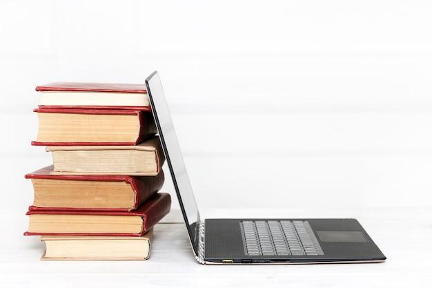 Bücher mit laptop