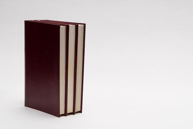Bücher mit rotem einband auf weißem hintergrund, isoliert. zurück zur schule