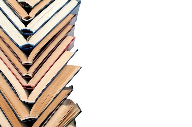 Bücher öffnen sich in einem stapel aus büchern verschiedener farben