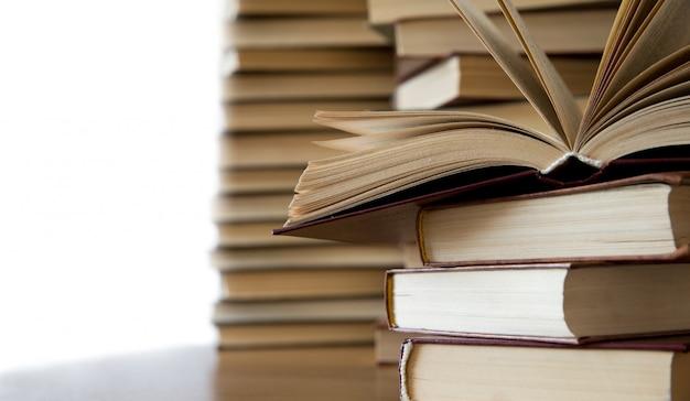 Bücher stapeln auf holztisch