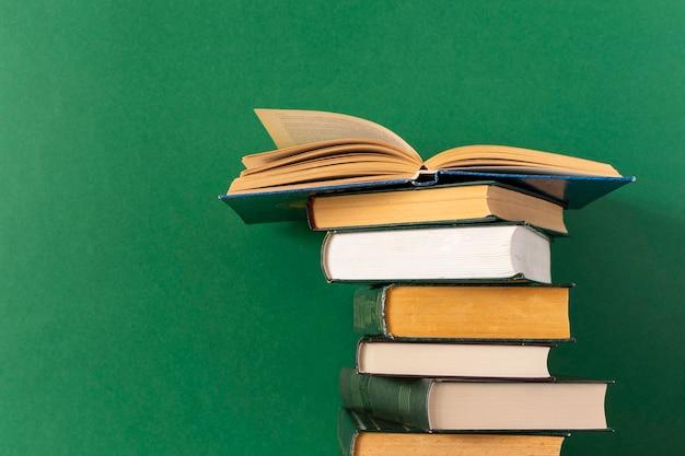 Bücher stapeln sich auf einem grün
