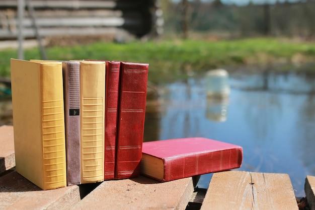 Bücher stehen auf einem tisch